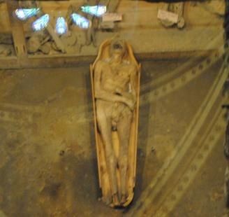 On peut découvrir des momies.