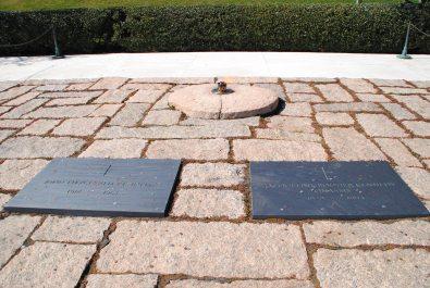 La tombe du président Kennedy et celle de sa femme.