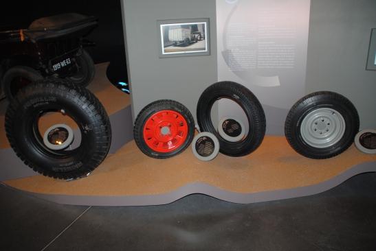 Des roues à l'intérieur du musée Michelin.