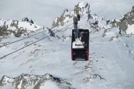 Monter sur l'Aiguille du Midi en téléphérique.