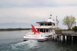 Pour se balader sur le lac Léman, on peut monter dans un bateau.
