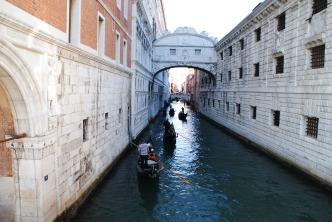 Le fameux pont des soupirs de Venise.