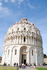 A Pise, on peut visiter le baptistère.