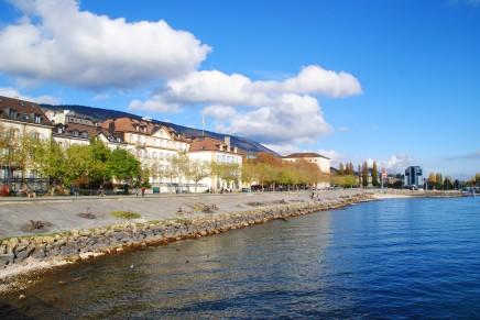 Sur la passerelle de l'utopie, on a presque l'impression de flotter au-dessus du lac de Neuchâtel.