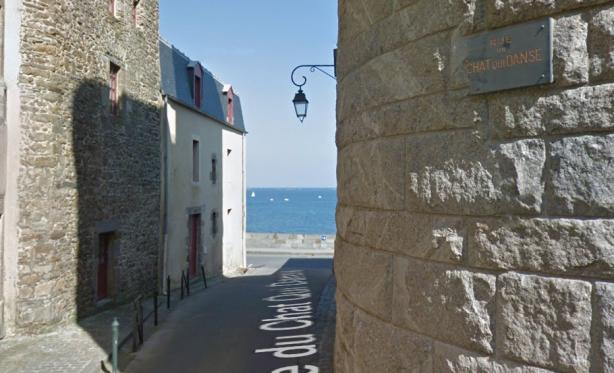 La rue du chat qui danse se situe à Saint-Malo.