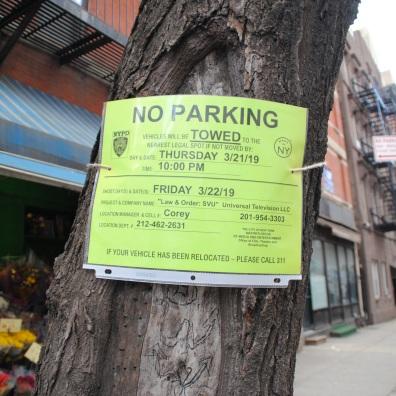 L'affiche indique que le tournage de la série New York unité spécial se déroule et que se garer est interdit.